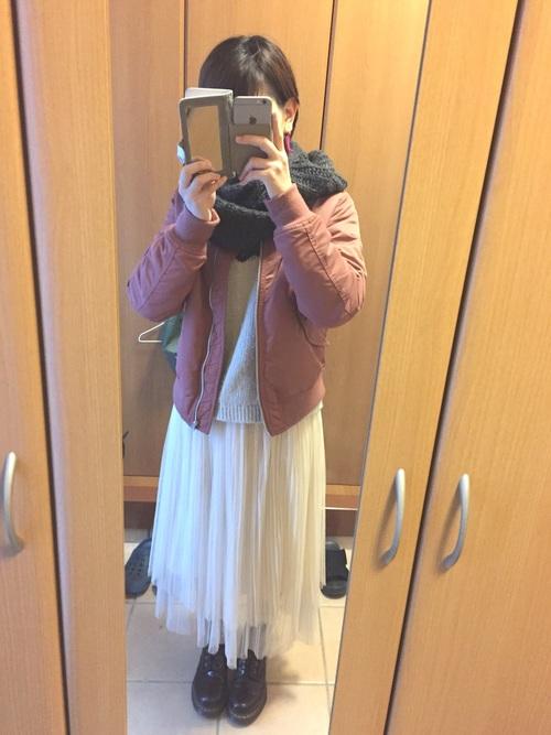 白のチュールスカートとピンクブルゾンで、ちょっぴり甘い大人のガーリーコーデ。寒い日はマフラーなどで調節して暖かく過ごしましょう♡