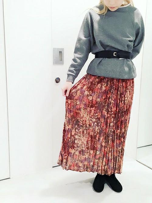 しわ加工のマキシ丈スカートにもボタニカル柄♫スッキリとしたシルエットと丈感が上品な印象ですね。