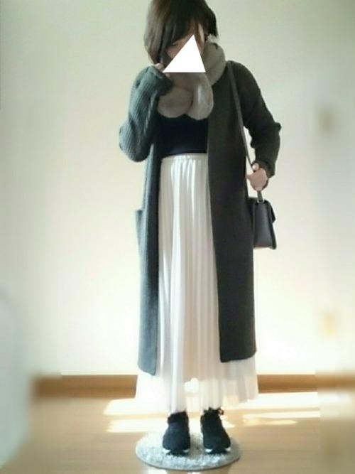 女性的な雰囲気にもなれるカーキ色が、とっても効いていますね☆縦長シルエットのコーデもステキです!