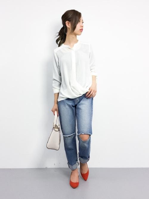 ダメージジーンズを品良く着こなすには、このように全体をシンプルにまとめることが大切。足元はポインテッドパンプスにして、大人っぽく仕上げましょう。