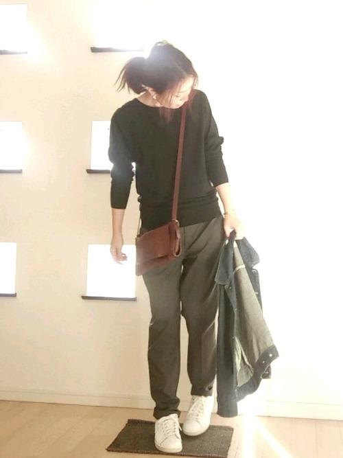 スラックスをワンサイズアップしてゆったり履き、スニーカーと合わせてほどよいきちんとコーデも素敵ですね。
