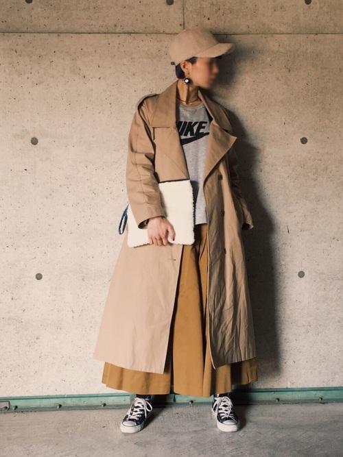 チノタックスカートはスカートでもマニッシュな印象。トレンチコートと合わせてクールに着こなして。