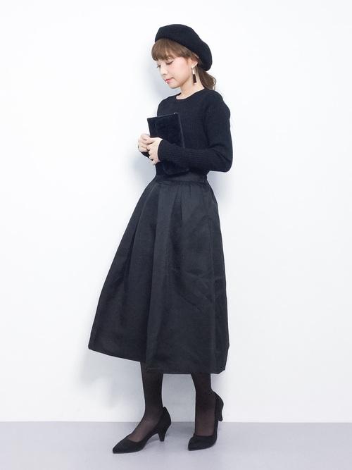 シンプルなオールブラックコーデは、スカートのシルエットのきれいさを際立たせてくれます。