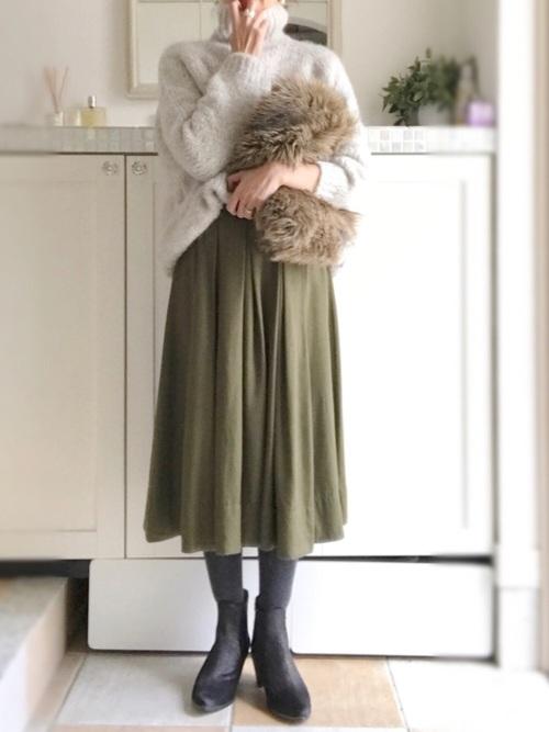 大人っぽく着たいならミモレ丈をチョイスして。ふんわりとしたシルエットが女性らしさをプラスしてくれます。