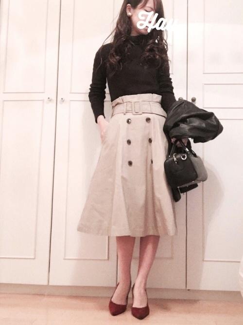 甘めでかわいいイメージのフレアスカートも、トレンチデザインなら大人の女性らしいきれいめな着こなしができます。ハイウエストっぽいデザインなので脚長効果も。