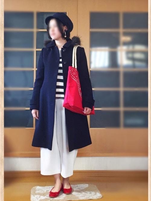 ◆WOMEN ドレープワイドアンクルパンツ ¥2,990(税別)  発売以来不動の人気をほこるドレープワイドパンツ。アンクル丈で足首を見せるのが、おしゃれのポイント♪ネイビーのコートを脱いだら、ボーダー×ホワイトパンツの王道マリンスタイル。バッグとバレエシューズをキュートな赤にしてリンクさせています♡