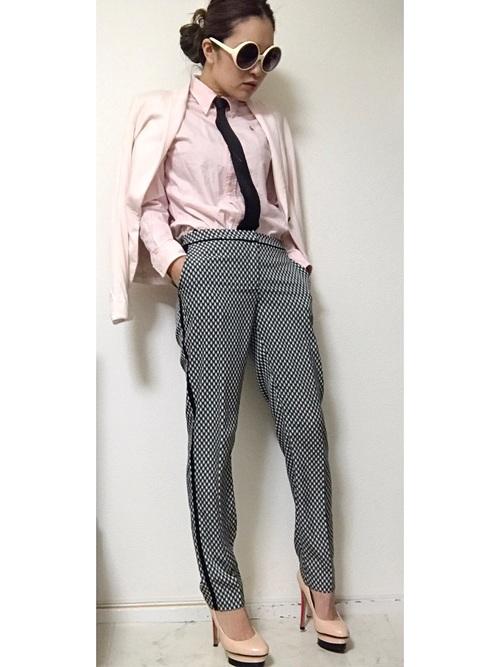 ネクタイを合わせてかっこよくコーデを決めています。ピンクのシャツとパンプスが女性らしさを出してかっこかわいいスタイルに。