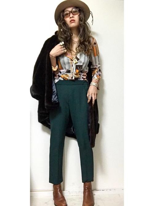 グリーンのスラックスに相性のいいイエローが入ったヴィンテージ感漂うシャツを合わせて、ハードなスタイルに。