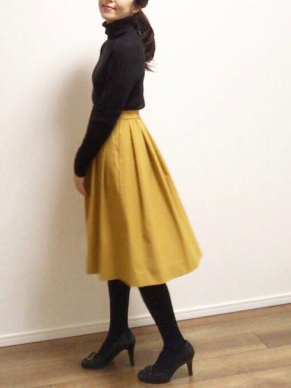 ユニクロらしいマスタードカラーのスカートを使ったコーデ。綺麗なシルエットになっていて、パーティーにも使える1枚ですね。カラースカートは、春に大活躍間違いなし!!要チェックですね♪