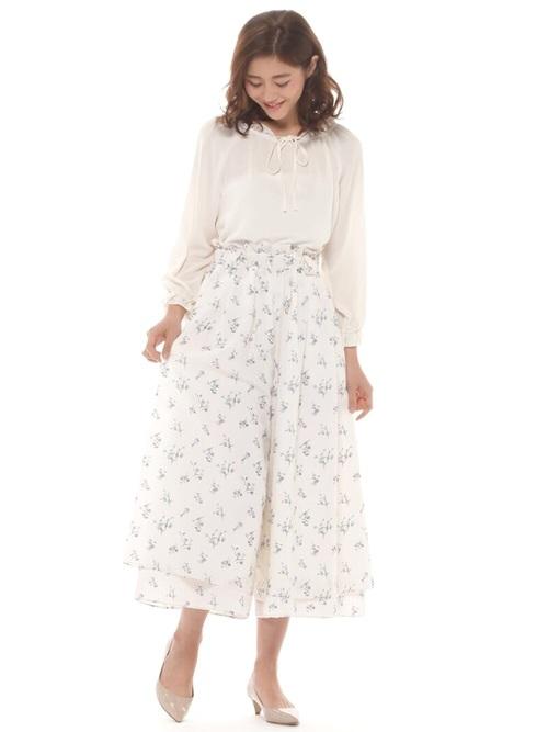 スカーチョに近いシルエットのワイドパンツ。裾の部分がレイヤードになっていて、ふんわりした女性らしいシルエットを作ってくれます。共布のサッシュベルトつきですから、トップスをインしたコーデに最適です。