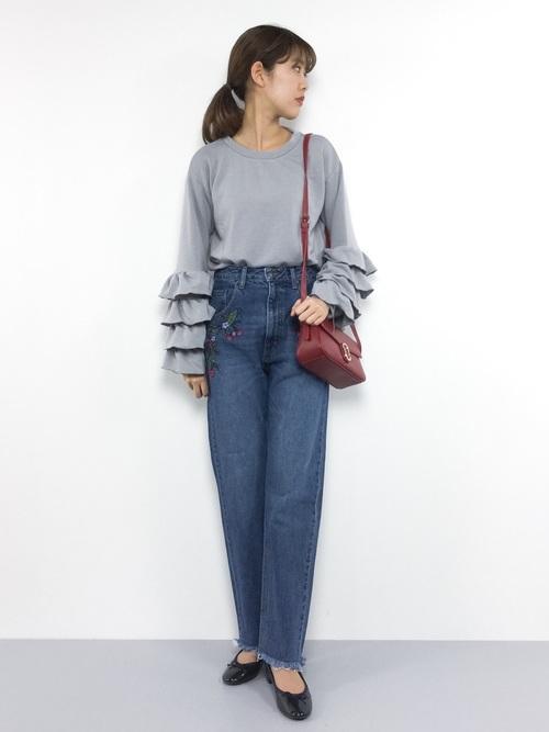 ポケット下の刺繍と切りっぱなしの裾が、今年らしいゆったりデニム。少しだけ膝から下がひろがったベルボトムに近いシルエットが70年代を彷彿とさせるデザイン。トレンドのフリル袖トップスとのコーデ。フォークロアやボヘミアン調の刺繍デニムには要注目です!