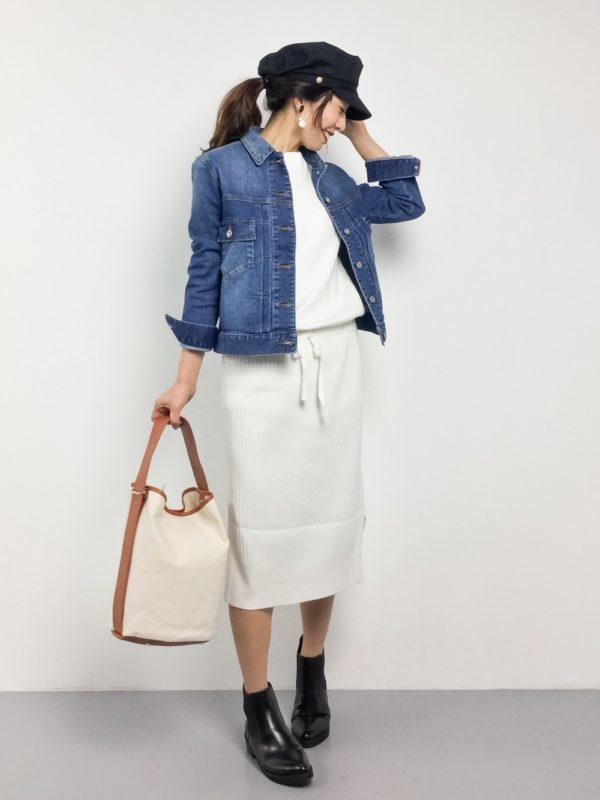 先ほどのニットワンピースは、ホワイトカラーバージョン。デニムジャケットとキャスケットを合わせて、春らしさを♪ワンハンドルバッグでトレンド感も意識して、大人カジュアルスタイルに。