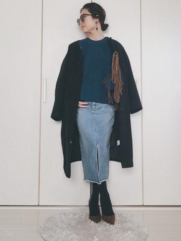 先ほどのニットを使ったコーデ。デニムスカートと合わせて大人カジュアルスタイルに♪同じブルーカラー同士なので、統一感がありますね、アウターをブラックにしても重たくならずに、春らしさも感じます。
