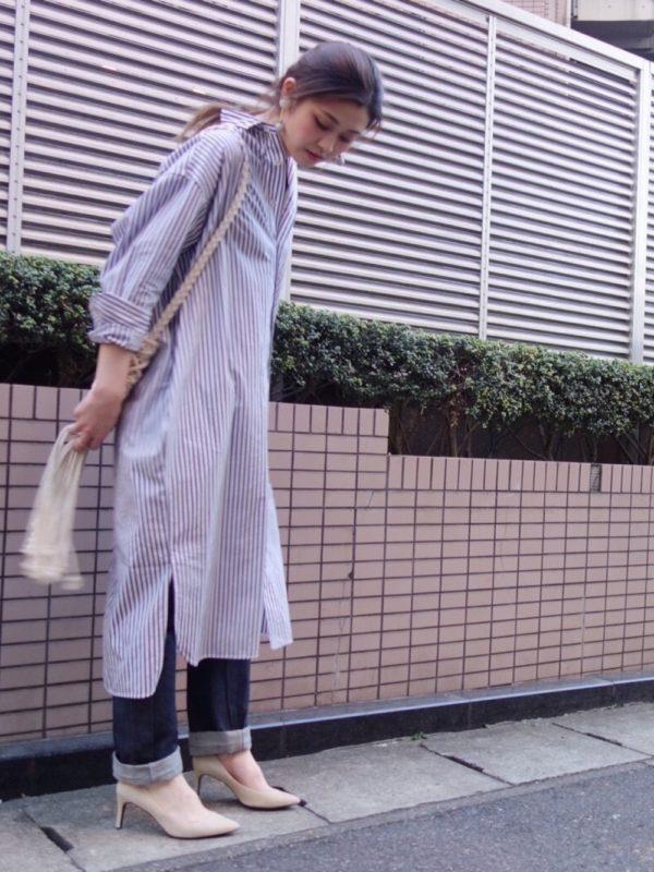 ストライプ柄のロングシャツワンピースを使ったコーデ。長めの丈のシャツワンピースは、裾部分にスリットが入っていたりして、動きのあるデザインに。デニムパンツと合わせて、そこにパンプスを加えれば女性らしくなりますね。