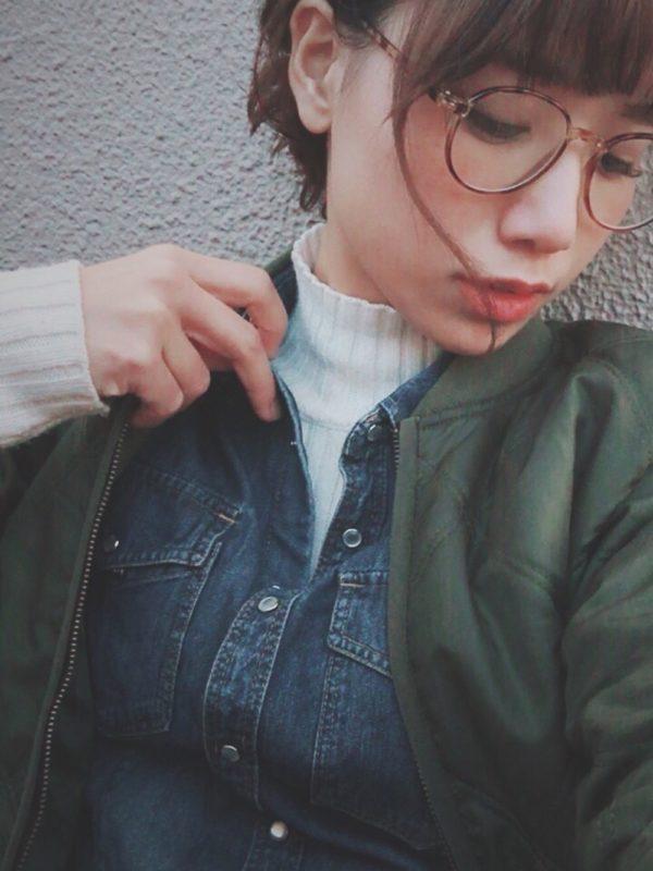 ユニクロのデニムシャツを使ったコーデ。ホワイトカラーのハイネックニットと合わせてレイヤードスタイルに♪デニムシャツから、ニットがちらりと見える感じが、すごく素敵ですね!!