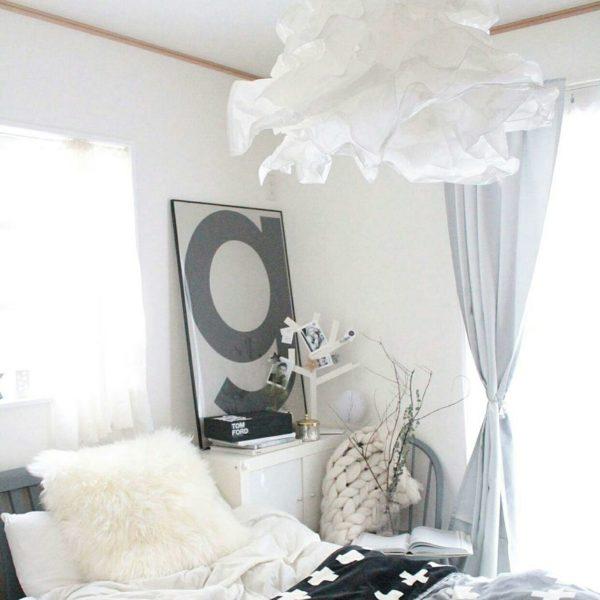 ボリュームあるランプ。ウェーブ感が見ていると眠気を誘いそうです。海外のドラマにでてきそうな統一感のあるお部屋ですね。