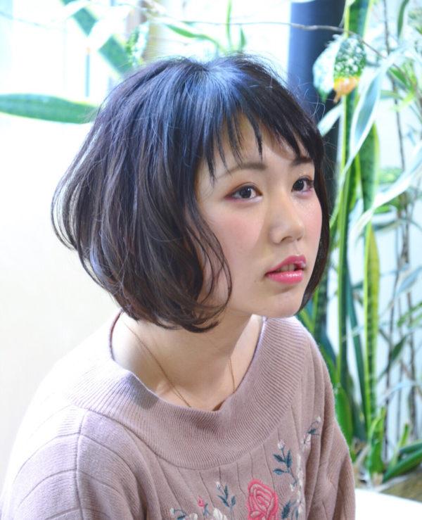 木村文乃さんのギザギザシースルーバングが印象的ですが、丸顔の人はギザギザシースルーバングにすると、いい感じのこなれ感が出ますね。後ろとサイドの髪がやわらかそうなゆるふわのパーマスタイルで小顔効果があります。