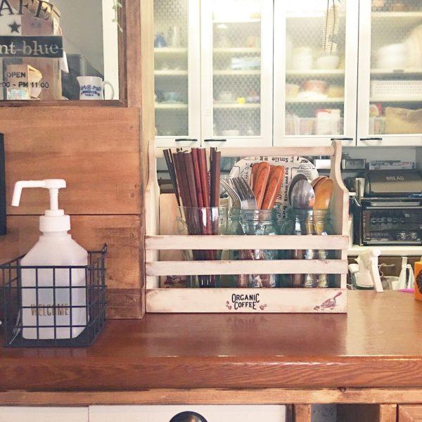 木箱に収めたジャーの中に、カトラリー類を入れたスタイル。木箱には持ち手が付いていますので、どこへでも持ち運びが出来て便利です。