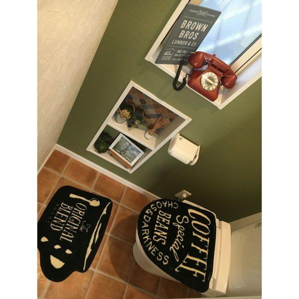 こちらもトイレのインテリアですね。トイレカバーやマットにもこだわりが感じられます。シックなグリーンの壁に合わせて、エッフェル塔もグリーンがメインカラーの絵ハガキで。