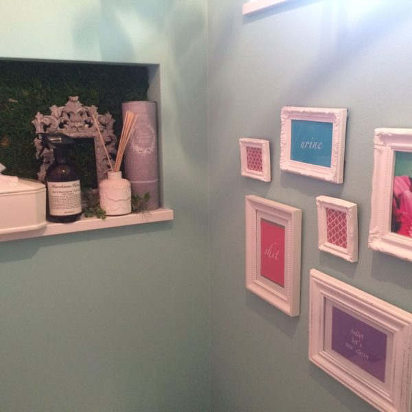 ラデュレカラーのピンクの額縁とグリーンの壁紙の組み合わせが絶妙のマッチングですね!他の小物の色も統一されていて完成度の高いおしゃれな空間になっています。