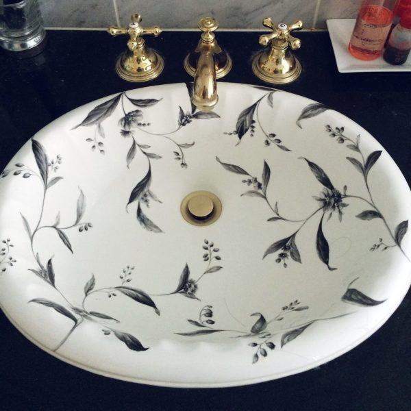 細かい草花のデザインが綺麗な洗面ボウルはアンティークもの。ブラックの洗面台とゴールドの蛇口がより上品な印象に仕上げていますね。使うのがもったいなくなるような美しいデザインです。