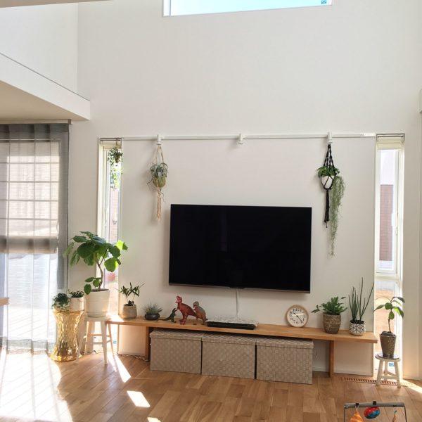 壁掛け用のリキクロックですが、置時計として使ってももちろんOK。テレビのそばに置いておけば、テレビを見ながらでも時間を確認することが出来ますね。また目線が低い位置になるので、部屋を広く見せる効果も。
