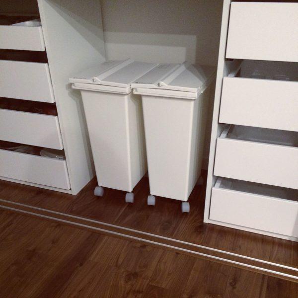 キャスター付きで手前に引き出しやすく、使い勝手抜群のごみ箱。パントリーの全面収納棚に合わせて白で統一してます。移動も簡単に行えて、キッチンでの作業中すぐ隣に置くことが出来るので便利。