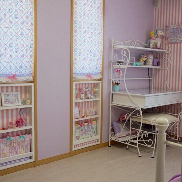 こちらは女の子のお部屋。白いアイアンのデスクがプリンセスの様な雰囲気です。パープル×ピンクで思い切りガーリーに。