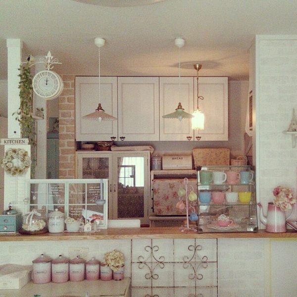 コーヒーミルやランプシェード、ポットにカップ類、時計、それぞれパステルカラーの雑貨で揃えて可愛い&ナチュラル感が満載!