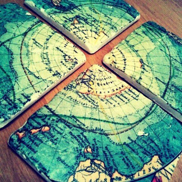 古い地図が描かれたなんともロマンチックなコースター。古来に思いをはせながらティータイムを♡