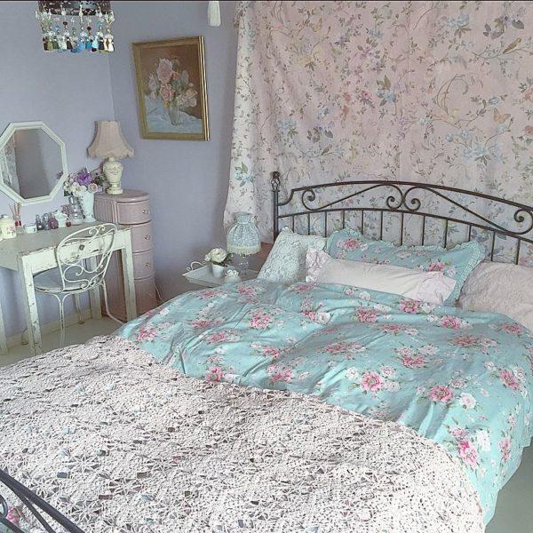 壁に飾られた布やお布団の花柄が、とっても華やかなインテリアコーディネートになっていますね。曲線がキュートなアイアンベッドの可愛さを引き出していると言えるでしょう。