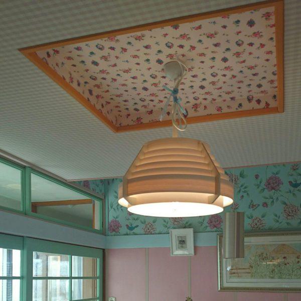 DIYの食器棚、パステルピンクと背面に貼った小花模様のクロスがなんとも可愛らしく、見せる収納が素敵です☆何気に窓から見えるパステルグリーンの奥の部屋。色分けしたパステルカラーの部屋なんて夢のようですね。
