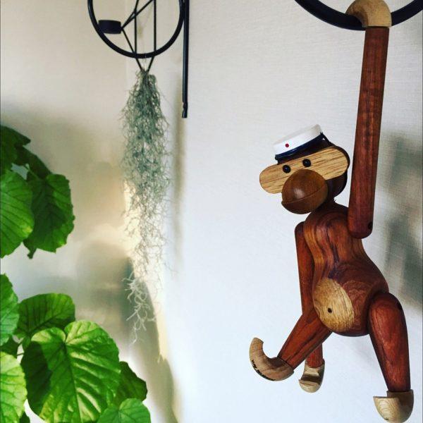 デンマークのデザイナーであるカイ・ボイスンがデザインしたこちらの愛くるしい木製のおもちゃ。手の部分がこのように引っ掛けられるようになっています!