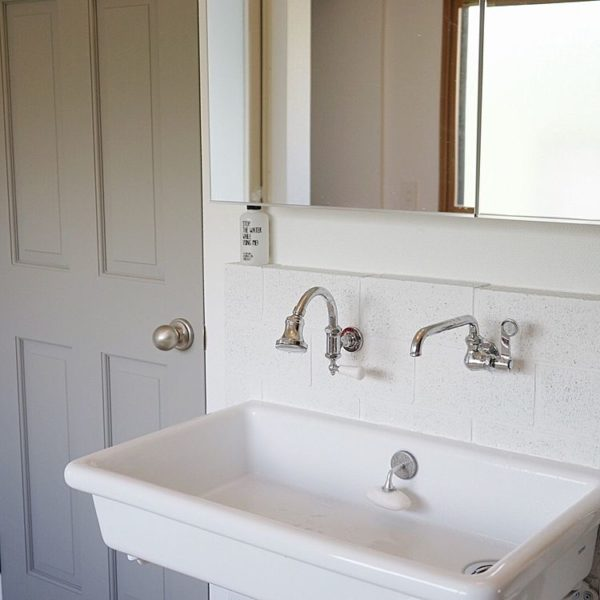 シンプルなのにどんなスタイルにもマッチする実験用シンク。蛇口や洗面周りのタイルにこだわれば海外インテリアのような演出も可能!自由度の高い洗面ボウルで人気もあります。