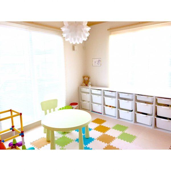 子供部屋の雰囲気もこだわりを感じます。お花のようなシルエットのムードランプ、明かりをつけたら子供も喜びそう。
