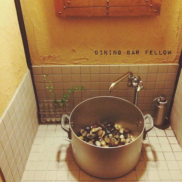 洗面ボウルがなんとお鍋!という斬新な発想に驚かされます。昔ながらな蛇口との組み合わせは、まるでキッチンにいるかのような錯覚に陥りそう。ユニークな発想が素敵な他にはないアイディアですね!