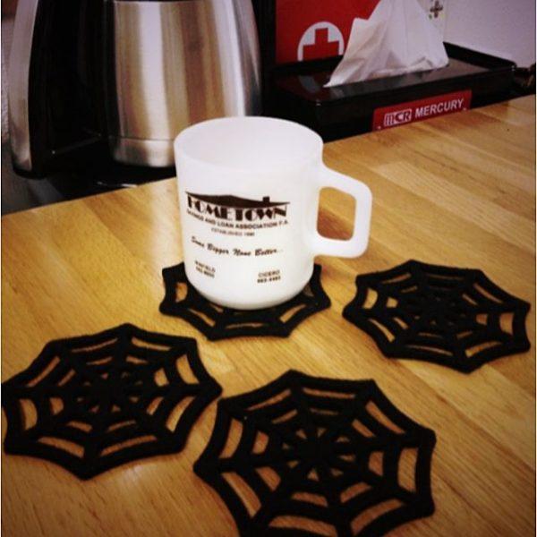 ハローウィンに蜘蛛の巣をかたどったキュートでクールなコースターはいかがですか?