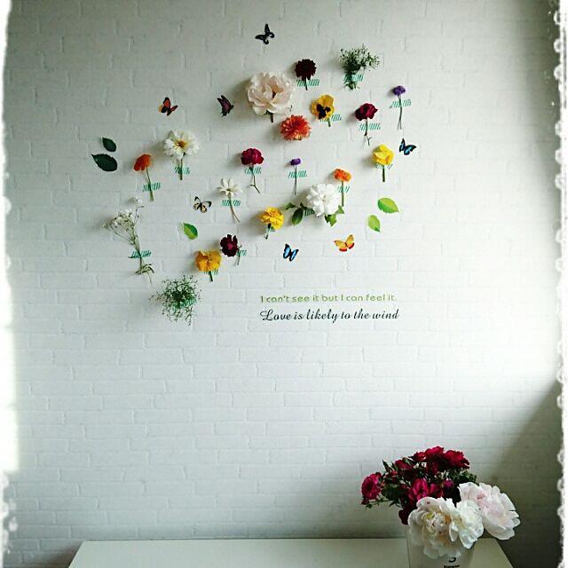 マスキングテープと花があれば簡単に壁を彩ることが出来ます。ダリアやマリーゴールドなどの花々を白い壁に貼りつけて、カラフルで明るい空間に。