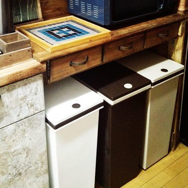 ハンドメイドでサイズに合わせてフィットさせて、色をモノトーンでそろえて居場所を確保。ゴミ箱上のデッドスペースを有効利用。