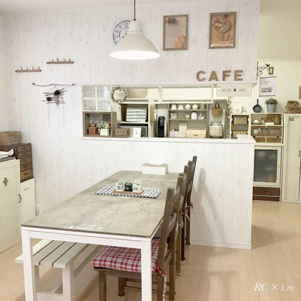 家具や壁をホワイトで統一し、ランプシェードも白に。優しい雰囲気になりますね。