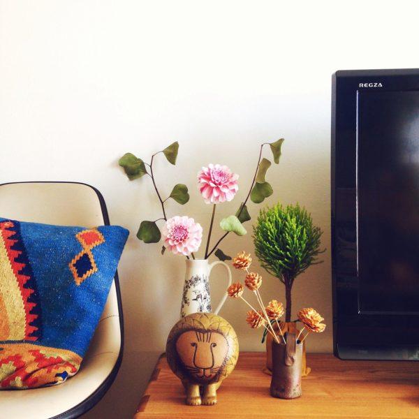 テレビの横にはダリアやゴールドクエストを置いて賑やかに。前に置かれたライオンの雑貨も素朴な可愛らしさを演出してくれています。