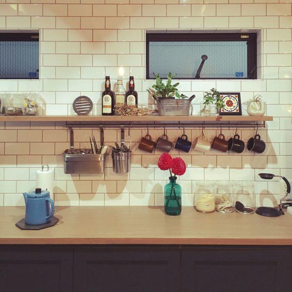 海外インテリア風のきれいに整頓されたキッチンですね。赤いダリアを飾っておしゃれで可愛らしい仕上がりとなります。