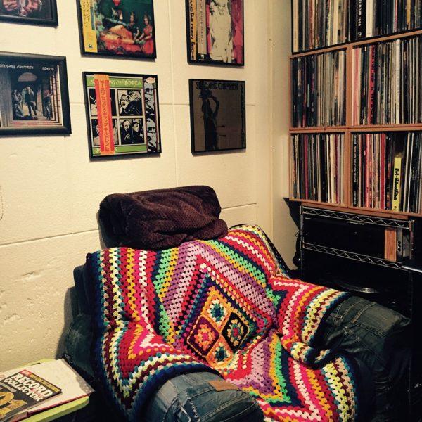 棚びっしりのレコードとゆったりくつろげるソファーで、一日中居たくなるようなレコードコーナー。アートスティックなジャケットは壁に掛けた空間は、音楽好きにはたまらないですね。