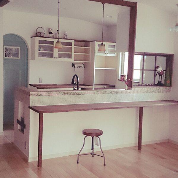 白い壁と木枠・木製カウンター・キッチンのタイルが絶妙なバランス。お店のような空間は誰もが憧れますね。
