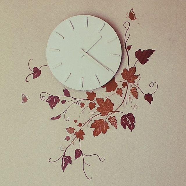 マスキングテープで造られた葉っぱたちが、見事に時計とマッチしてまるで時計と一体に。