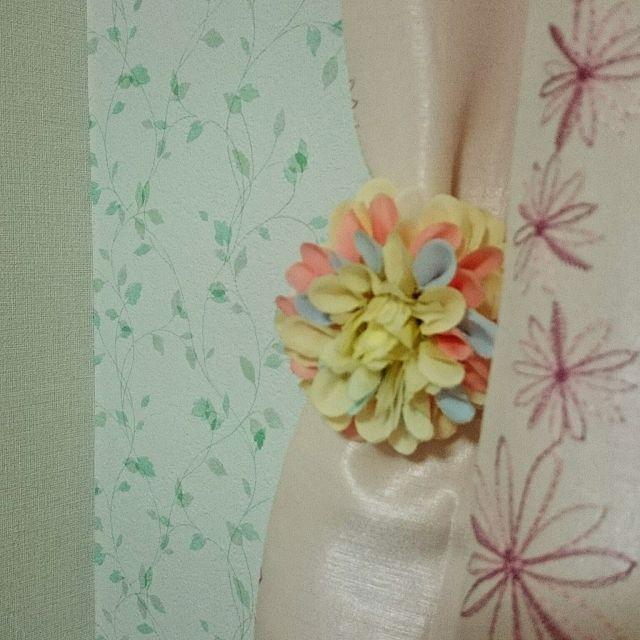 ピンクの花柄カーテンに、花柄のカーテンタッセルでおしゃれなお部屋に!リーフの壁紙とも合っていますね。