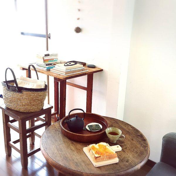 テーブルの表面の使い込まれた感じがとても趣があっていいですね。ビンテージスタイルの丸テーブルも素敵です。