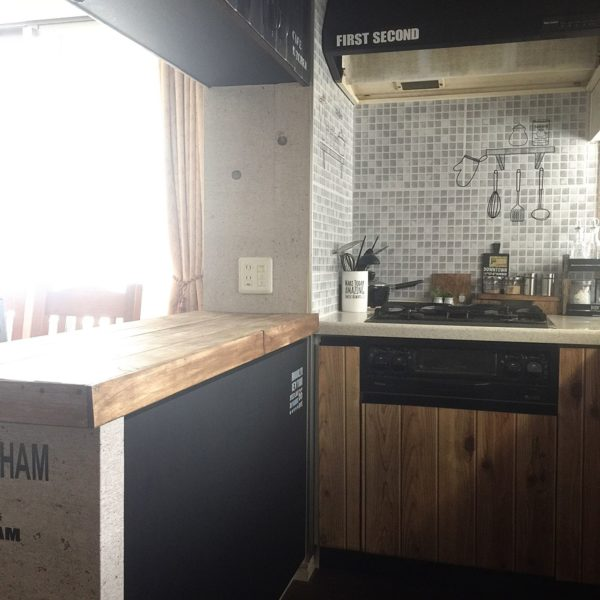 男前風にリメイクしたキッチンの随所にステンシルでアクセントを。カウンターやレンジフードなどの黒くした部分に白のロゴを入れることで統一感も出ます。