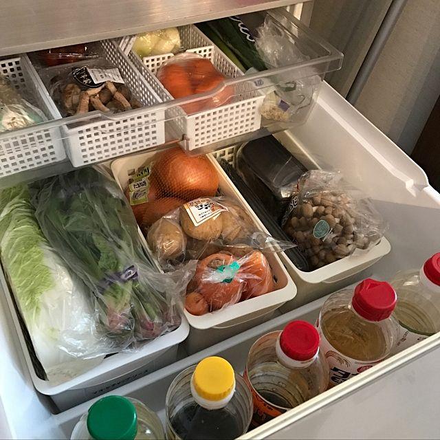 かごを仕切りがわりに使って野菜を区別して収納しています。豊富な野菜が一目でどこにあるか分かる収納が素敵ですね。