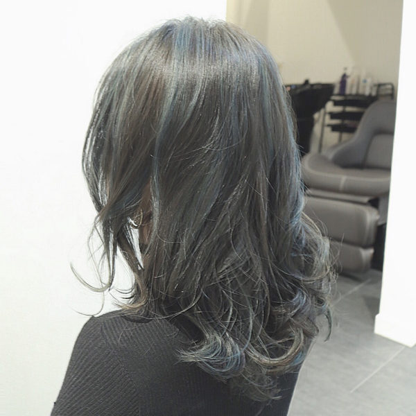マットアッシュを強めにハイライトをいれています。ところどころ青いなと感じる毛束がありますよね。青系は知的で落ち着いて見え、カラーしていることが分かりにくいので、明るく染めることを禁止されている職場などの人にオススメですよ。